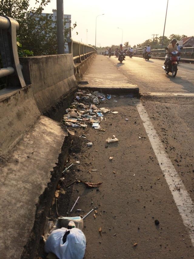 Tình trạng rác thải trên cầu Cái Sơn sau tết khoảng 1 tuần