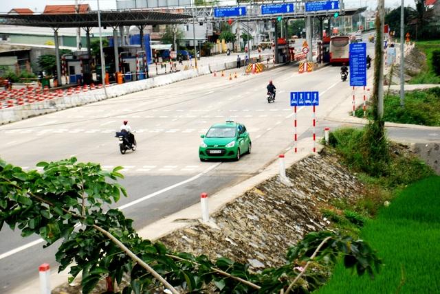 Hàng loạt xe taxi của các hãng, xe cá nhân chạy ngược chiều