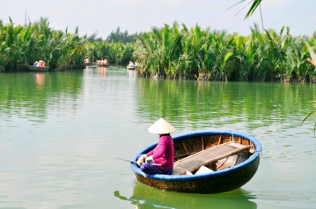 Du khách du lịch ở rừng dừa Bảy Mẫu Cẩm Thanh
