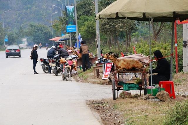 Là địa phương có nhiều điểm du lịch nổi tiếng, dịp đầu năm tỉnh Ninh Bình thu hút nhiều du khách đến tham quan. Món thịt dê đặc sản cũng được nhiều thực khách lựa chọn để thưởng thức khi đi du lịch tại đây. Nắm bắt được nhu cầu trên, nhiều người dân Ninh Bình đã hành nghề mổ dê bán thịt lưu động trên đường cho du khách.