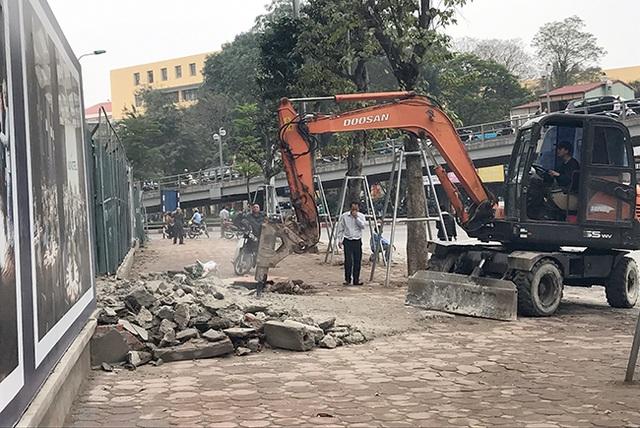 Trong ngày 13/3, các quận nội thành của Hà Nội tiếp tục ra quân xử lý các công trình lấn chiếm vỉa hè. Một thanh tra xây dựng quận Đống Đa cho biết, với công trình vi phạm lớn như thế này thì không hy vọng gì đơn vị vi phạm tự phá dỡ.