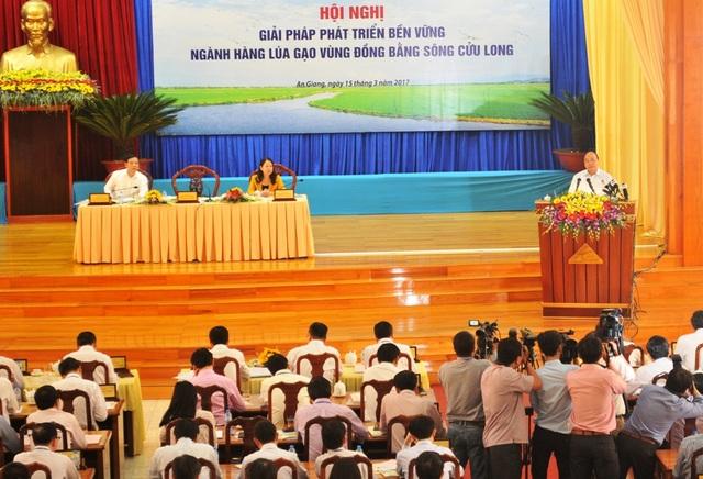Thủ tướng nhấn mạnh, thời gian tới ngành lúa gạo có nhiều thách thức nhưng nông dân, doanh nghiệp và Nhà nước cần tập trung sản xuất ngành lúa gạo theo hướng chất lượng cao, xây dựng thương hiệu gạo nổi tiếng Việt Nam
