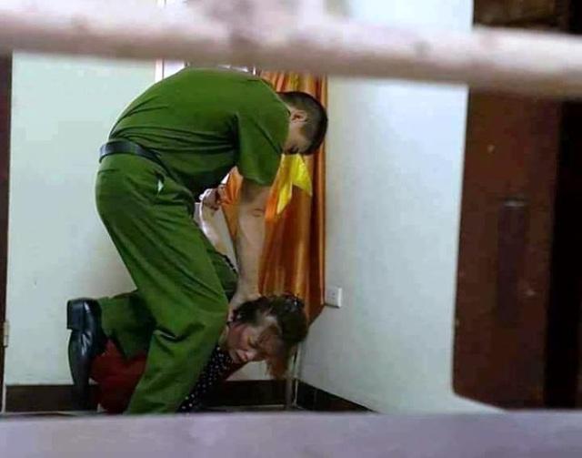 Hình ảnh một người mặc bộ quần áo giống quân phục công an được cho là Thiếu tá Minh, đang đánh người phụ nữ, xuất hiện trên mạng xã hội Facebook. (Ảnh: Facebook)