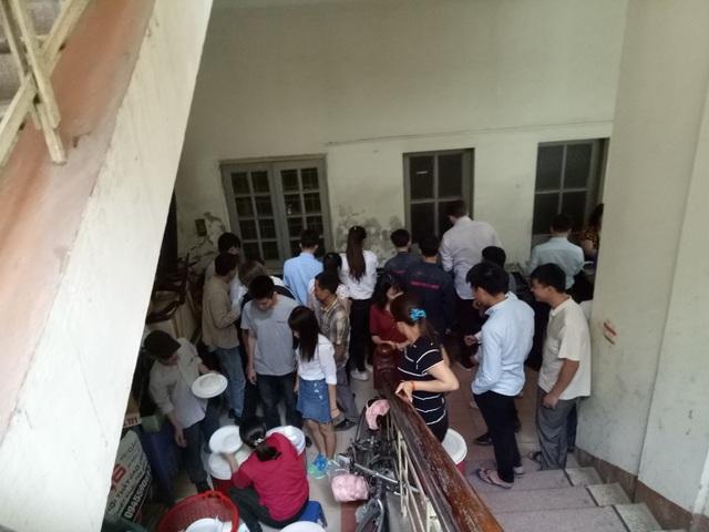 Gầm cầu thang chung cư ND6 được tận dụng mở quán cơm. Thức ăn được chế biến và đặt ngay ở sảnh chờ, vào giờ cao điểm khách hàng phải xếp hàng, chen chúc nhau mới đến lượt