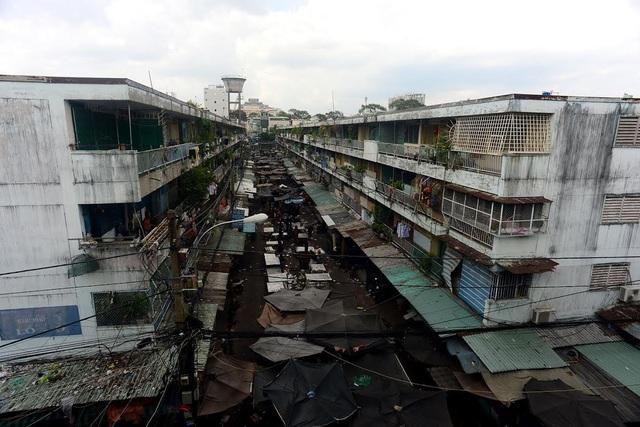 Hàng nghìn hộ dân chung cư Ngô Gia Tự, Ấn Quang, quận 10, TPHCM đang phải sống trong tình trạng xập xệ và ô nhiễm.