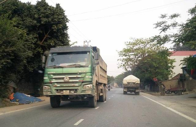 Trên tuyến QL 12B bắt đầu từ QL 1A lên huyện Nho Quan không dễ bắt gặp những xe tải siêu trọng như thế này.