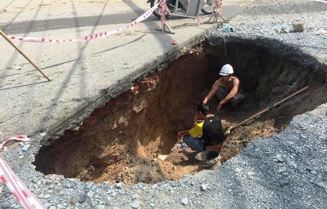 Các công nhân đang khẩn trương khắc phục sự cố sụt lún mặt đường.