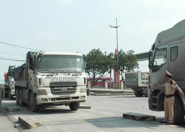 Nhiều xe nghi chở quá tải được đưa về cân ngay tại Trạm CSGT QL 1A của Phòng CSGT Ninh Bình.