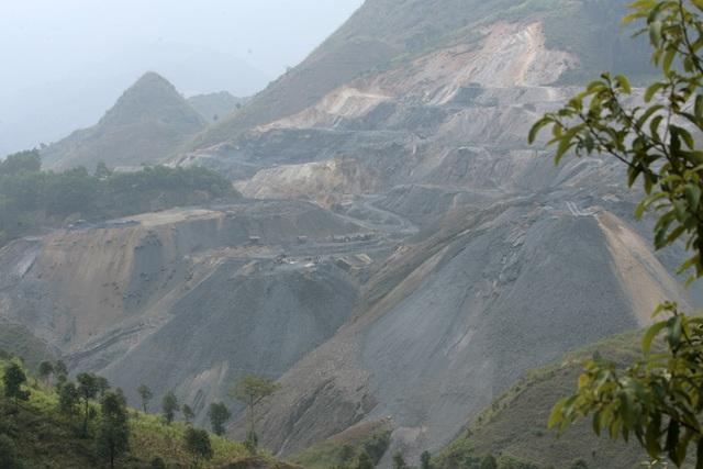 Theo một số tài liệu, mỏ quặng antimon Mậu Duệ thuộc loại lớn của tỉnh Hà Giang, trữ lượng khoảng 330.286 tấn, phân bố tập trung và lộ thiên. Sau khi tuyển quặng, các thành phần còn lại được tập trung tại bãi thải, nhưng trong đó vẫn còn lẫn 1-2% thành phần quặng antimon. Trong ảnh là toàn cảnh khu bãi thải cheo leo trên sườn núi.
