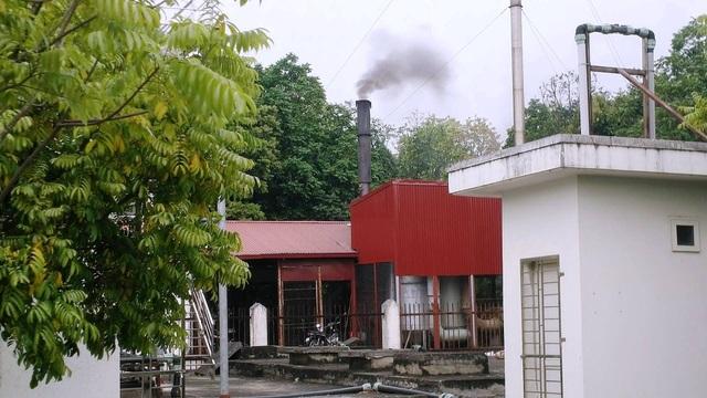 Lò đốt rác thải y tế nguy hại của BVĐK Ninh Bình mỗi khi hoạt động xả khói đen, kèm bụi bẩn ra môi trường, người dân sống gần lãnh đủ.