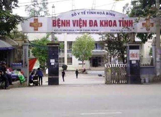 Bệnh viện đa khoa tỉnh Hòa Bình, nơi xảy ra sự việc sản phụ sinh con tại chân cầu thang tầng 1.