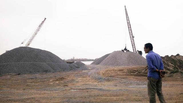 Bãi tập kết cát, vật liệu xây dựng không phép của hộ ông Quyết nằm ngay bên sông Đáy.
