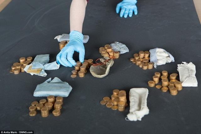 Trước đó, những túi tiền vàng đã được tìm thấy bên trong thùng cây đàn cổ được đem quyên tặng cho một trường dòng ở hạt Shropshire, Anh.