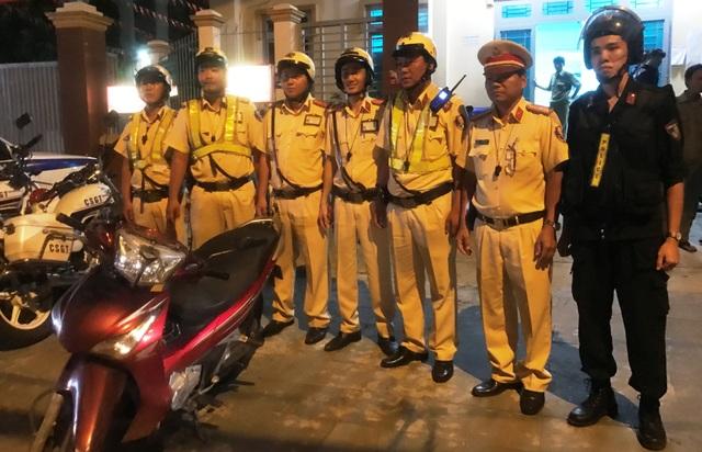 Tổ CSGT và cơ động cùng sự hỗ trợ của người dân đã truy bắt tội phạm trên đường.