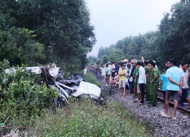 Đến 18h cùng ngày, lực lượng cứu hộ mới cẩu được xe ô tô 7 chỗ lên khỏi hố sâu