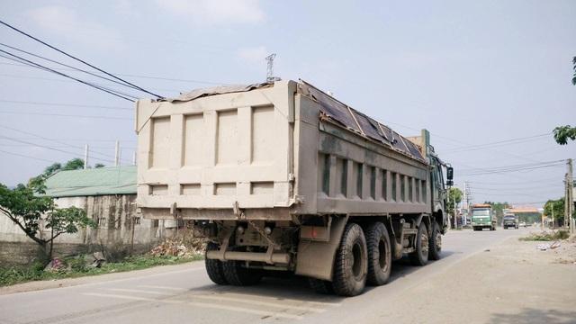 Những chiếc xe hổ vồ chở quá tải ngang nhiên chạy trên đường Tỉnh lộ 477, đoạn qua huyện Gia Viễn, Ninh Bình.