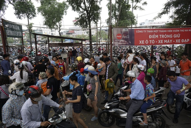 Ngay từ cổng vào theo lối từ đường Kim Mã, dòng người đông đặc kéo dài tắc cả một đoạn đường trước bãi gửi xe.