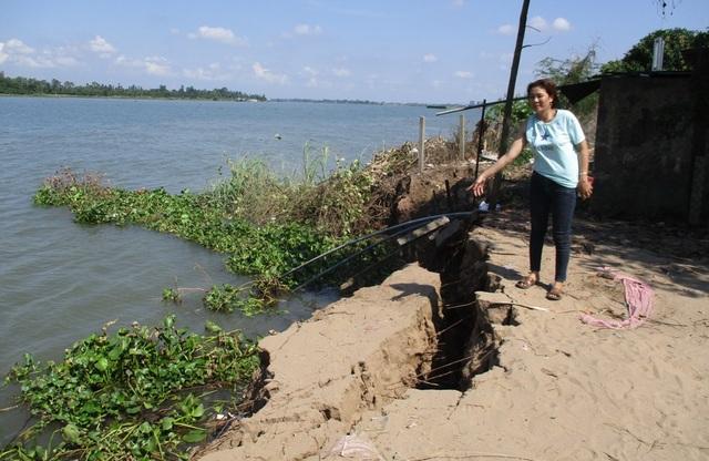 Bà Lê Thị Thúy Hằng chỉ điểm sạt lở mới, ăn sâu vào đất liền thêm 5m