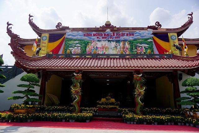 Lễ Phật đản là ngày lễ kỷ niệm Đức Phật Tất Đạt Đa xuất thế và được coi là ngày lễ trọng đại của Phật giáo. Ngày lễ được diễn ra vào 15/4 âm lịch hằng năm. Tại chùa Việt Nam Quốc Tự, quận 10 đã bắt đầu trang trí cờ hoa rực rỡ.