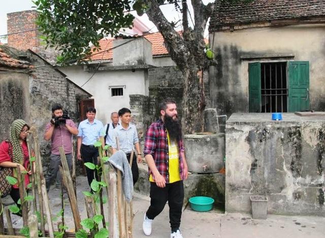 Đại sứ du lịch Việt Nam, đạo diễn Jordan Vogt-Roberts đến thăm nhà Tổ trưởng thổ dân phim Kong tại xã Ninh Hải, huyện Hoa Lư, Ninh Bình.
