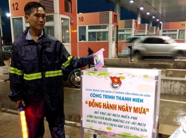 """Để giúp giao thông qua hầm luôn thông suốt, nhất là trong mùa mưa sắp tới, Đoàn Trung tâm QLĐH sông Sài Gòn tổ chức công trình """"Đồng hành ngày mưa"""", phát áo mưa miễn phí cho người tham gia giao thông."""