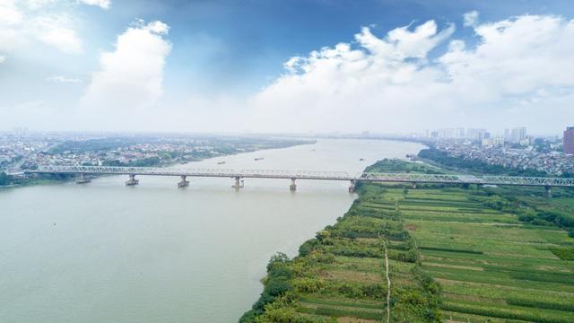 Về thiết kế, cầu Chương Dương không có dấu ấn đặc biệt. Tuy nhiên, Chương Dương là cây cầu lớn đầu tiên được thiết kế và thi công hoàn toàn bởi đội ngũ kỹ sư Việt Nam. Chiều Dài 1.230 m, gồm 21 nhịp, chia làm bốn làn xe chạy ở hai chiều.