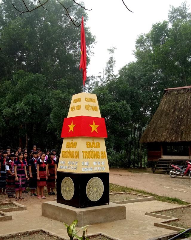 Cột mốc chủ quyền Trường Sa tại trường Phổ thông Dân tộc nội trú THCS Tây Giang