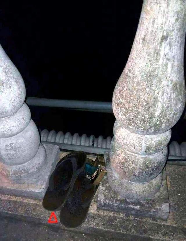 Đôi dép nam thanh niên bỏ lại trên cầu