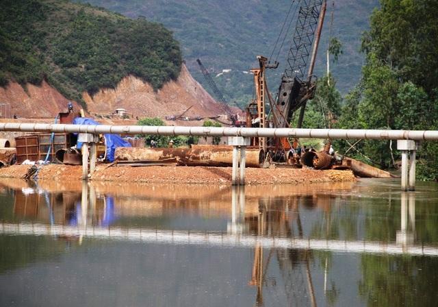 Đơn vị thi công đã lấp gần hết dòng chảy nhánh sông Hà Thành (TP Quy Nhơn) gây nguy cơ ngập úng cho nhân nhân ở khu vực xung quanh