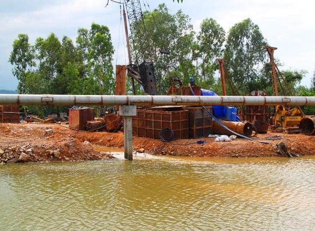 Công ty TNHH Phú Lộc (thuộc Công ty CP Tập đoàn Phú Lộc) đổ đất lấp sông khi chưa được cơ quan chức năng phê duyệt