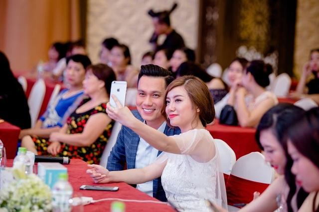 Diễn viên Việt Anh vui vẻ chụp ảnh cùng giám đốc hệ thống LP Natural Beauty Việt Nam