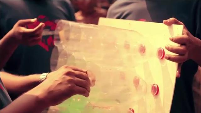 Đầu tiên, người ta lấy các vỏ chai bằng nhựa lắp xuyên qua một tấm gỗ mỏng