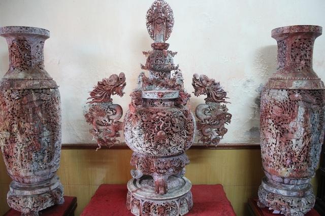 """Ông Phạm Nhật Minh (SN 1941, Tân Mai, Hà Nội) được mệnh danh là """"ông vua đồ đá"""" ở Hà Nội nhờ chế tạo và sở hữu những bộ sưu tập đá quý tinh xảo và ấn tượng. Trong đó, đặc biệt phải kể đến bộ """"Tam bảo Vĩnh Hằng"""" được ông Minh lên ý tưởng và cùng thợ thực hiện trong gần 3 năm. Bộ tác phẩm được trưng bày trong 10 cuộc triển lãm dịp 1000 năm Thăng Long Hà Nội và từng được xác lập kỷ lục Việt Nam nhờ kích thước lớn nhất, tinh xảo nhất cầu kỳ và công phu nhất từng được thực hiện."""