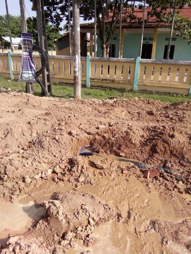 Sự cố vỡ đường ống dẫn nước trên tuyến đường ĐT609 (đoạn qua xã Điện Phước) ngày 23/5 vừa qua khiến nguồn nước nhiễm bẩn