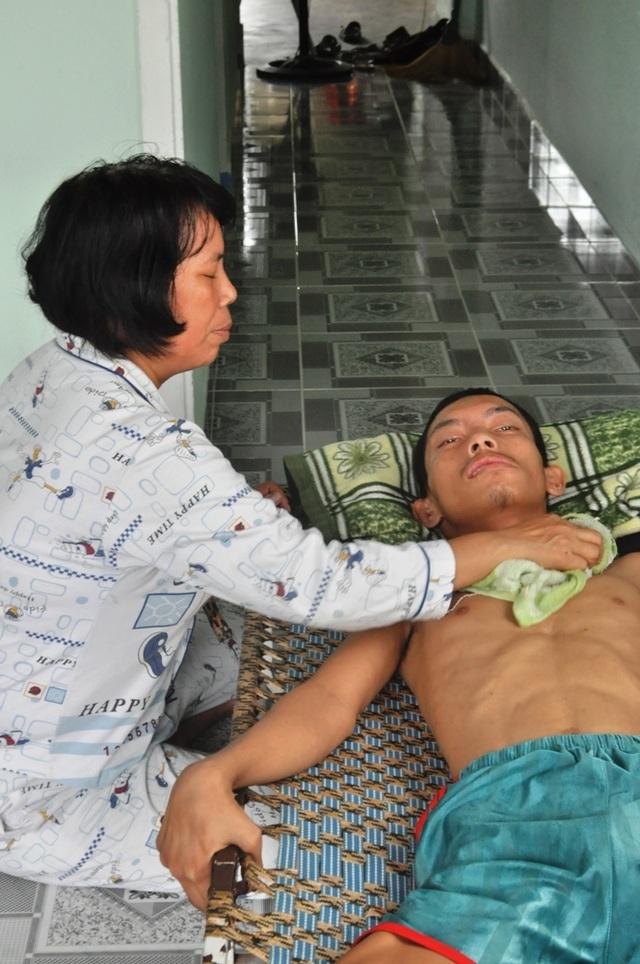 Con trai út Trần Văn Tín (SN 1993) mắc bệnh teo rút chân tay phải nằm một chỗ