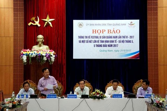 Ông Nguyễn Hồng Quang (thứ 2 từ trái sang) thông tin về vụ làm giả hợp đồng 1 triệu m3 cát