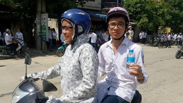 Một thí sinh cầm chai nước được phục vụ miễn phí tự tin trong ngày thi đầu tiên.