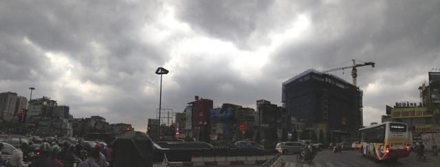 Mây đen kéo về phủ kín bầu trời Hà Nội lúc 15h30, ngay trước thời điểm cơn mưa rào chuẩn bị đổ xuống.