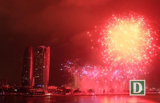 Lễ hội pháo hoa quốc tế khởi động từ dịp lễ 30/4 - 1/5 góp phần hấp dẫn du khách đến Đà Nẵng