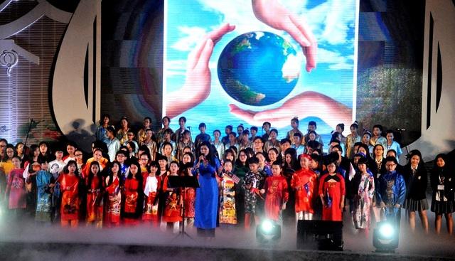 Các em thiếu nhi Việt Nam mở màn cho chương trình hợp xướng