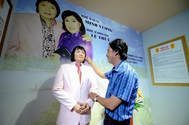 Họa sỹ Thái Ngọc Bình bên bức tượng của nghệ sỹ cải lương Minh Vương.