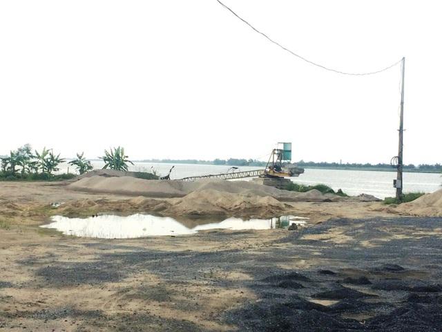 Bãi cát không phép của hộ ông Trần Văn Hiển ven sông Đáy Yên Khánh đã bị dẹp bỏ sau khi báo Dân trí phản ánh.