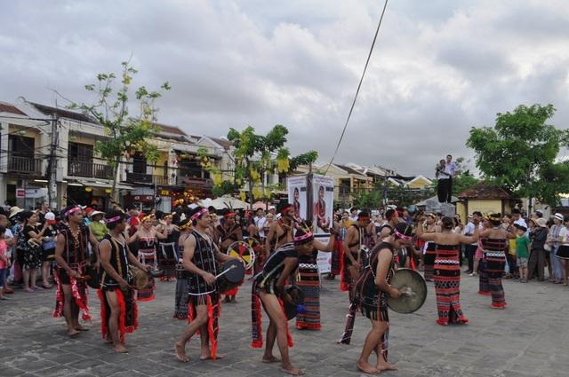 Biểu diễn điệu múa Tung tung ya yá của đồng bào Cơtu ở Hội An