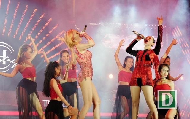 Hai nữ ca sĩ nóng bỏng làm bùng cháy sân khấu ngoài trời bên bờ biển Đà Nẵng