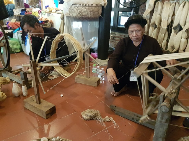 Các nghệ nhân trình diễn kỹ thuật dệt lụa của làng mình tại festival