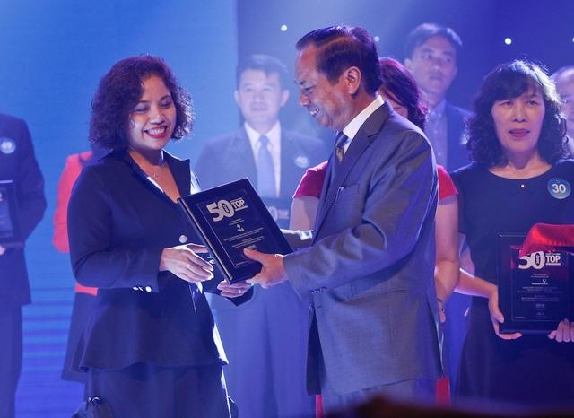 Bà Phạm Thị Mỹ Hạnh – Phó Tổng Giám đốc PNJ đại diện công ty nhận chứng nhận tại buổi lễ vinh danh