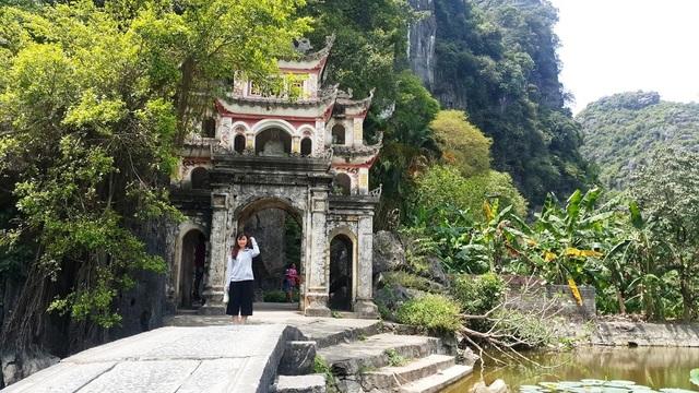 Cổng vào chùa Bích Động tại xã Ninh Hải, huyện Hoa Lư, Ninh Bình.