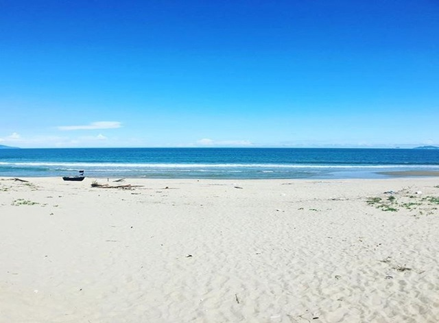 Bãi biển Hà My với những bờ cát trắng trải dài, trắng mịn và làn nước trong xanh màu ngọc. Ảnh: Telegraph