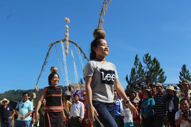Các thiếu nữ Gia rai và Raglai thể hiện tài năng đội chum giữ thăng bằng trước sự cổ vũ của người dân và du khách. Đây là một trò chơi dân gian của đồng bào Chăm