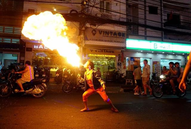 Chị Võ Thị Sen (33 tuổi) làm nghề phun lửa mưu sinh ở phố Tây.